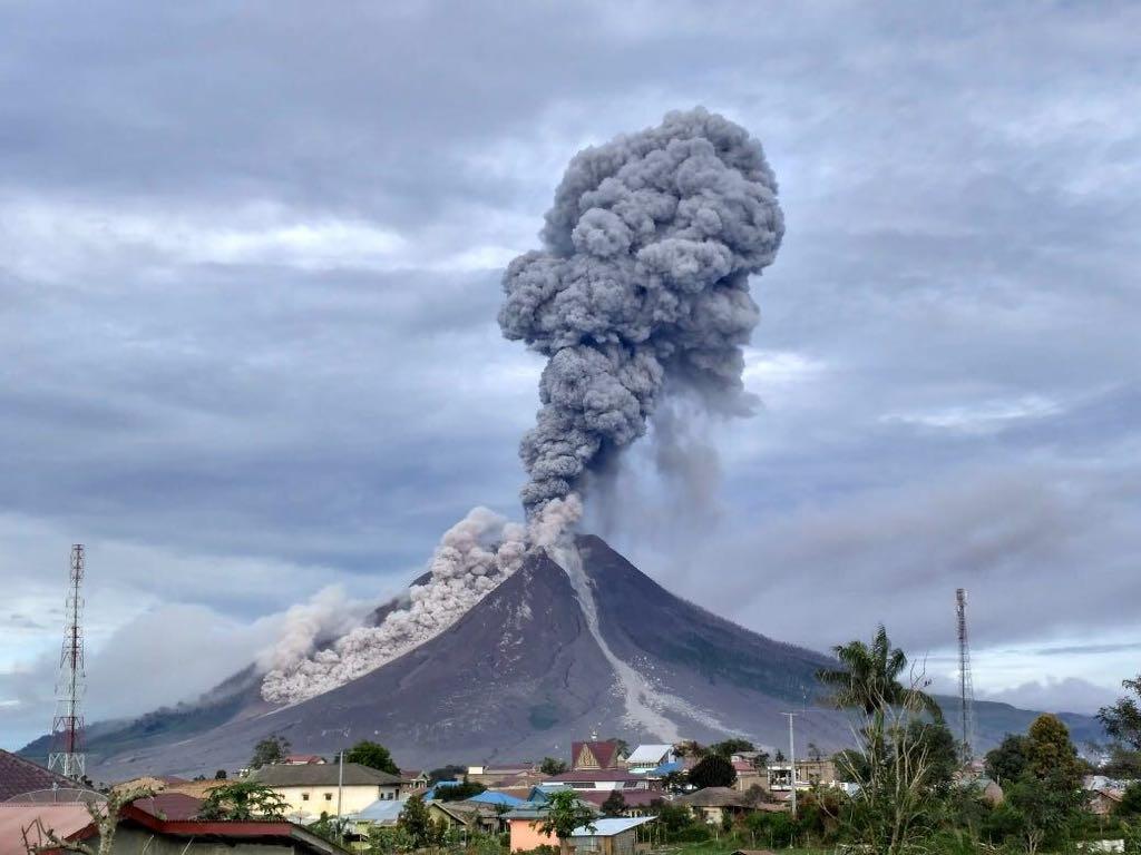 Kül püskürten Sinabung Yanardağı yanında zorlu yaşam 3